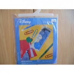 Borduurpakket Disney boekenlegger Ioor   op plastiek stramien